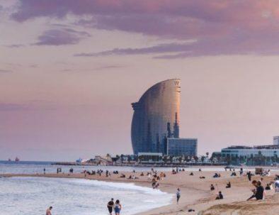 Playa de la Barceloneta y hotel Vela en Barcelona
