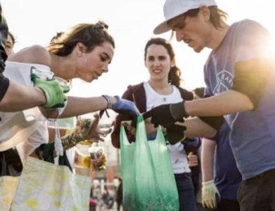 Limpieza de playas como actividad de team building en Sitges