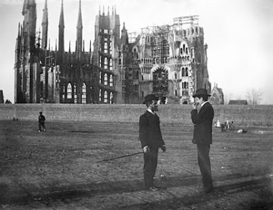 Old-photograph-sagrada-familia-men-talking