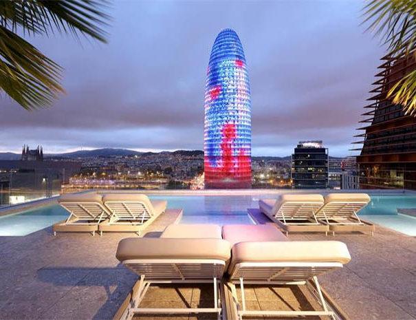 Azotea del hotel SB Glow con vista a la torre Glories