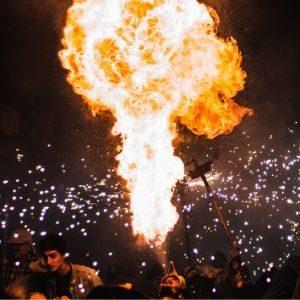 Fuegos artificiales y pirotecnia muestran como animaciones para un evento corporativo