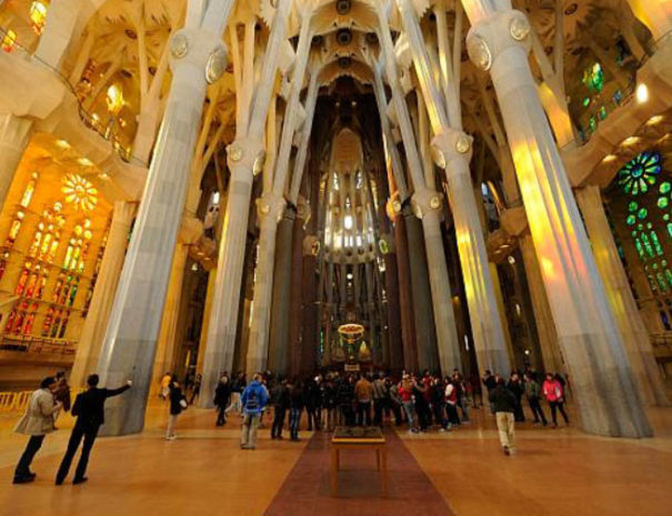 sagrada-familia-visitors-inside